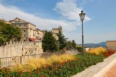 San Marino San Marino - 10 Augusti 2017: En allmän sikt av en gata i det sanmarinska centret Arkivbilder