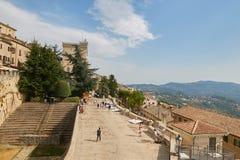 San Marino San Marino - 10 Augusti 2017: En allmän sikt av en gata i det sanmarinska centret Arkivfoto