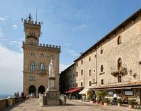 San Marino San Marino - 10 Augusti 2017: Huvudsaklig fyrkant med administrationen i San Marino Royaltyfri Bild