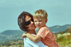 San Marino San Marino - Augusti 10, 2017: Lycklig moder med hennes son uppe på en kulle i San Marino Royaltyfria Bilder