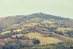 San Marino San Marino - 10 Augusti 2017: Panoramautsikt av den lokala omgivningen Arkivbild