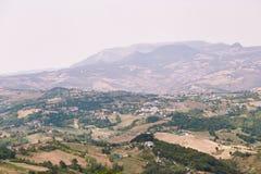 San Marino San Marino - 10 Augusti 2017: Panoramautsikt av den lokala omgivningen Fotografering för Bildbyråer
