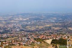 San Marino San Marino - 10 Augusti 2017: Panoramautsikt av den lokala omgivningen Royaltyfria Bilder