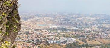 San Marino San Marino - 10 Augusti 2017: Panoramautsikt av den lokala omgivningen Royaltyfri Fotografi