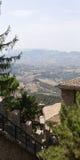 San Marino San Marino - 10 Augusti 2017: Panoramautsikt av den lokala omgivningen Royaltyfri Foto