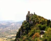 San Marino San Marino - 10 Augusti 2017: Panoramautsikt av den lokala omgivningen Arkivfoton