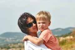 San-marino, San Marino - Augustus 10, 2017: Gelukkige moeder met haar zoon boven op een heuvel in San Marino Stock Foto's