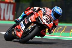 San Marino Italien - Maj 12, 2017: Ducati Panigale R av Aruba det Racing-Ducati SBK lag som är drivande vid Melandri Marco i hand Royaltyfria Foton
