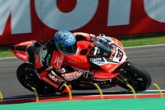San Marino Italien - Maj 12, 2017: Ducati Panigale R av Aruba det Racing-Ducati SBK lag som är drivande vid Melandri Marco i hand Arkivfoton