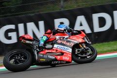 San Marino Italien - Maj 12, 2017: Ducati Panigale R av Aruba det Racing-Ducati SBK lag som är drivande vid Melandri Marco i hand Royaltyfri Fotografi