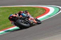San Marino Italien - Maj 12, 2017: Ducati Panigale R av Aruba det Racing-Ducati SBK lag som är drivande vid Melandri Marco i hand Royaltyfri Bild