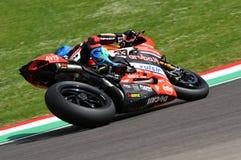 San Marino Italien - Maj 12, 2017: Ducati Panigale R av Aruba det Racing-Ducati SBK lag som är drivande vid Melandri Marco i hand Arkivbilder