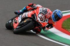 San Marino Italien - Maj 12, 2017: Ducati Panigale R av Aruba det Racing-Ducati SBK lag som är drivande vid Melandri Marco i hand Arkivfoto