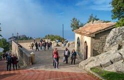 San Marino Italien - Oktober 15, 2016: Observationsdäcket mellan de två fästningarna Arkivbild