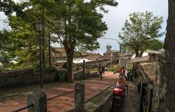 San Marino, Italien - 15. Oktober 2016: Touristenweg entlang den Wällen und den Souvenirladen Stockfoto