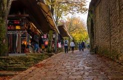 San Marino, Italien - 15. Oktober 2016: Touristenweg entlang den Wällen und den Souvenirladen Lizenzfreie Stockbilder