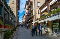 San Marino Italien - Oktober 15, 2016: Turister som strosar till och med de smala gatorna av övrestaden Arkivfoto