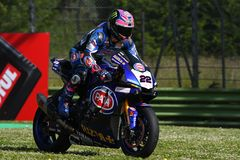 San Marino Italy - 12 de mayo: Alex Lowes GBR Yamaha YZF R1 Pata Yamaha Official Team SBK Rizla, durante el WSBK Qualyfing en Imo fotos de archivo libres de regalías