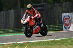 San Marino Italy - Maj 11, 2018: Chaz Davies GBR Ducati Panigale R Aruba det som springer - Ducati lag, i handling Arkivfoto