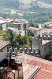 San Marino San Marino - Juli 10, 2017: Beskåda uppifrån av sikten på hus med röda tak Fotografering för Bildbyråer