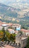 San Marino San Marino - Juli 10, 2017: Beskåda uppifrån av sikten på hus med röda tak Arkivfoto