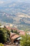 San Marino San Marino - Juli 10, 2017: Beskåda uppifrån av sikten på hus med röda tak Royaltyfria Foton