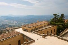 San Marino San Marino - Juli 10, 2017: Beskåda uppifrån av sikten på hus med röda tak Arkivbild