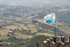 San-marino, San Marino - Juli 10, 2017: De nationale vlag van de Republiek Stock Fotografie
