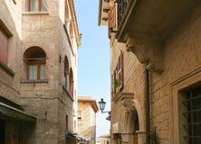 San Marino, San Marino - 10. Juli 2017: Design eines Steinhauses mit Fenster und Balkon Lizenzfreies Stockbild