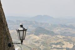 San Marino San Marino - Juli 10, 2017: ett ljus för fästningbelysning Royaltyfria Foton