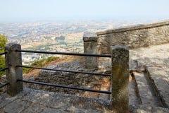 San Marino San Marino - Juli 10, 2017: fot- zon med moment på kanten av avgrunden Royaltyfri Fotografi