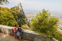 San Marino San Marino - 10 Juli 2017: Konstnärattraktion från naturen en slott Royaltyfri Fotografi
