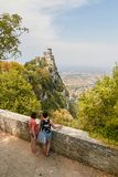 San Marino San Marino - 10 Juli 2017: Konstnärattraktion från naturen en slott Fotografering för Bildbyråer