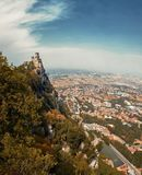San Marino San Marino - Juli 10, 2017: Panoramautsikt av ett slotttorn Royaltyfria Foton