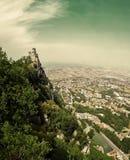 San Marino San Marino - Juli 10, 2017: Panoramautsikt av ett slotttorn Royaltyfri Fotografi