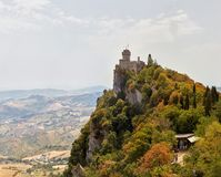 San Marino San Marino - Juli 10, 2017: Panoramautsikt av ett slotttorn Royaltyfria Bilder