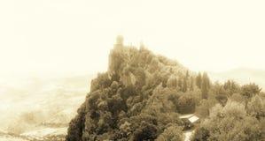 San Marino San Marino - Juli 10, 2017: Panoramautsikt av ett slotttorn Arkivfoton