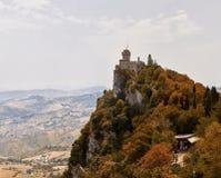 San Marino San Marino - Juli 10, 2017: Panoramautsikt av ett slotttorn Arkivbilder