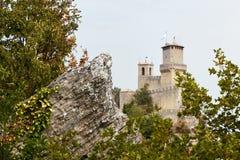 San Marino San Marino - Juli 10, 2017: Panoramautsikt av ett slotttorn Fotografering för Bildbyråer