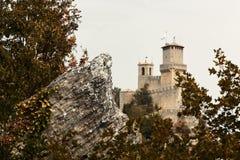 San Marino San Marino - Juli 10, 2017: Panoramautsikt av ett slotttorn Arkivfoto