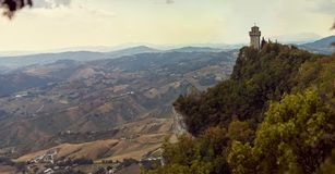 San Marino San Marino - Juli 10, 2017: Panoramautsikt av ett slotttorn Royaltyfri Bild