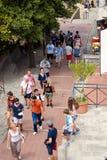 San Marino San Marino - Juli 10, 2017: turister som promenerar shoppinggatan Arkivbilder