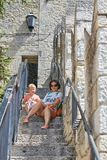 San marino San Marino, Lipiec 10, -, 2017: Turyści matka i syn chodzą ulicy San Marino Obrazy Stock