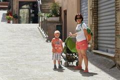 San marino San Marino, Lipiec 10, -, 2017: Turyści matka i syn chodzą ulicy San Marino Obraz Stock