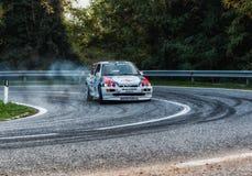 SAN MARINO, SAN MARINO: - OTT 21, 2017 - FORD eskorta RS 1994 starych bieżnego samochodu wieców legenda 2017 sławny SAN MARINO hi Obraz Stock