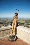 San Marino Republic, San Marino - Juni, 18th 2017: sikt av träskulpturen av den näcka kvinnan i historisk cente Arkivbild