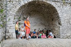 San Marino, San Marino - 10 2017 Sierpień: Ludzie chuje od deszczu przy forteca ścianą w San Marino Zdjęcia Stock