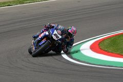San Marino Włochy, Maj 12 -: Alex Lowes GBR Yamaha YZF R1 Pat Yamaha urzędnika drużyna SBK Rizla podczas WSBK Qualyfing przy Imol Fotografia Stock