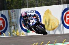San Marino Włochy, Maj 11 -, 2018: Alex Lowes GBR Yamaha YZF R1 Pat Yamaha urzędnika WorldSBK drużyna w akci, Zdjęcia Stock