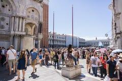 San marko fyllde med grupp människor på en beaufiful solig dag i VENEDIG, ITALIEN - 14 8 2017 arkivfoto